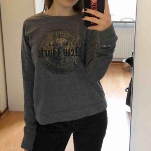 Snygg Abercrombie-sweatshirt. Mjukt material och i bra skick. Den inte använd speciellt mycket. Tryck i svart och guld. Köparen står för frakten.