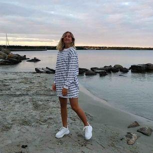 Sweatshirt klänning från nakd x Linn Ahlborg. Går att styla på många sätt! Köpare står för frakt.