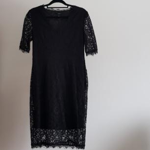 Säljer mammas v-ringade, medellånga svarta spetsklänning. Kan öppnas med dragkedja i sidan, se bild tre. Mycket fint skick, som ny. Skickas, frakt tillkommer på 60 kr.