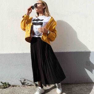 Oversized gul jeansjacka den Weekday! Storlek XS men jag skulle säga att den är större än så. Köpare står för frakt!
