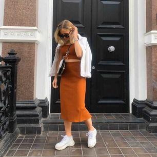 Set med kjol och linne. Linnet är XS och kjolen är S! Skönt rubbar material, använt en gång. Köpare står för frakt!
