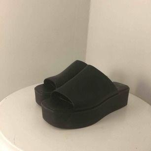 Använda några få gånger så de är i fint skick. Har vanligtvis skostorlek 38-39 så det är lite stora i storleken. Köparen betalar frakt :)