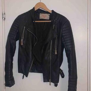 Riktigt snygg moto jacket från chiquelle! Lite sönder inuti vid lappen men inget som syns. Det är storlek 38, M men den sitter nog mer som en S skulle jag säga. Köpare står för frakt!