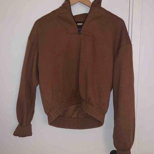 Skitsnygg tröja med hög krage från bershka! Storlek M, är i fleece material så väldigt mysig inuti. Ganska tjock och varm. Köpare står för frakt!