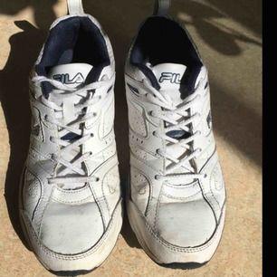 Coola vintage sneakers ifrån fila, väl använda men i väldigt bra skick, passar till allt! Möts helst upp, men kan även frakta!
