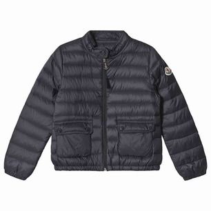 En mörkblå, tunn dunjacka från Moncler. Väldigt skön och lätt jacka som går att använda året om!  Storlek: 10 år/140 cm   Köpare står för frakten.
