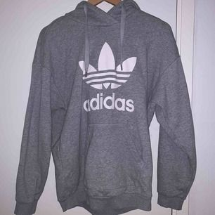 Snygg adidas hoodie i storlek XS, är dock väldigt stor i storleken så passar även M/L. Väldigt bra skick och nästan aldrig använd. Passar både kille och tjej! Köparen står för frakt😊✨✨
