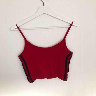 rött linne med två svarta linjer på verdera sida från Brandy Melville. Passar mig som har S-M, vääldigt stretchig. 50kr + frakt ✨