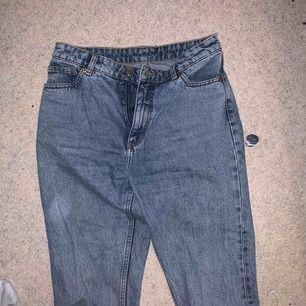 Snygga mom jeans från monki! Storlek m. Fint skick och väldigt sköna! Är tyvärr för stora för mig. Köpare står för frakt! 😊