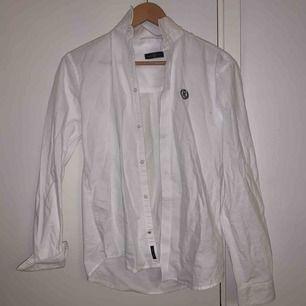 Skitsnygg skjorta från kidsbrandstore i storlek 14-15, dvs S-M. Bra skick, knappt använd. Köpare står för frakt!