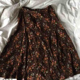 Jätte fin vintage kjol i Manchester tyg, som jag säljer för den tyvärr är för liten :( jätte fint skick🌸