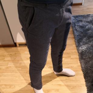 Mörkblåa tygbyxor slim fit från Zara Man. Det syns dåligt på bilden men byxorna är mer åt det mörka marinblå i verkligheten. Fint skick. Skriv vid intresse eller för fler bilder.  *Köparen står för frakten*