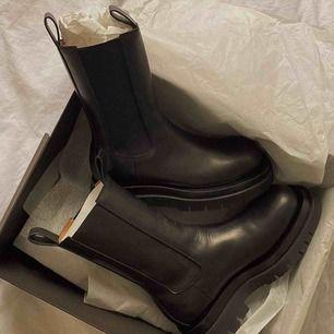 Sjukt snygga boots i äkta läder. Använt de 2ggr men då de inte kommer till användning behöver jag en ny ägare till dessa! 🖤🖤🖤 normal i strl!