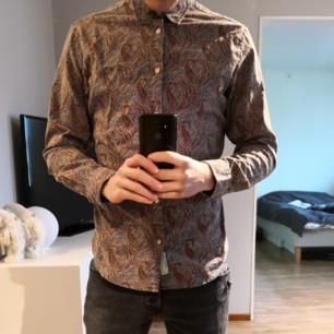 Skjorta med klassiskt mönster från Jack & Jones Premium. I fint skick. Skriv vid intresse.  *Köparen står för frakten*