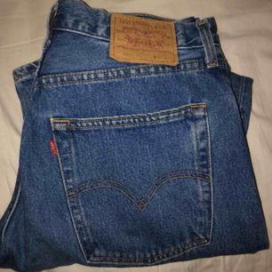 Levis jeans som knappt är använda säljer pga alldeles för stora. Frakt ingår i priset. Modell 507