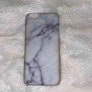 iPhone 6/6s skal💕 Säljer pga ny telefon som inte passar dessa skal. Marmor skalet är helt nytt använt 1 gång (50kr) och svarta skallet är ganska slitet men går fortfarande att använda (10kr) Båda tillsammans kostar 60kr