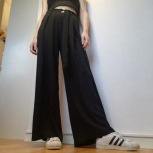 Vida midjehöga byxor med tillhörande skärp från Zara i stl XS. Knappt använda och i fint skick. Frakt 42 kr.
