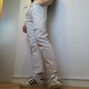 Acne Studios Pop White Trash i stl 36. Croppad boyfriend-modell med fabriksslitningar. Går att ha mer relaxed på höften eller med normal midja. Säljs då de är för stora. Nypris 1800 kr. Frakt 63 kr.
