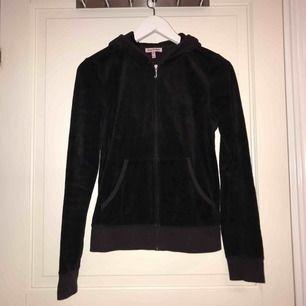 Svart velour hoodie från Juicy Couture, nyskick.