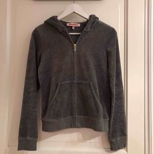 Grå velour hoodie från Juicy Couture, nyskick.