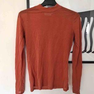 Sand/orange tröja i meshtyg från weekday, perfekt för layering. Möts upp i stockholm annars tillkommer frakt på 30 kr💓💓