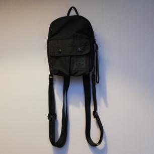 Miniryggsäck från Adidas som går att ha på flera sätt då det är avtagbara axelband. Frakt 42 kr.