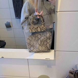 För dig med ett öga för mode😉 Sjukt snygg transparent väska från Zara. Har klippt bort fästet så man kan välja om man vill ha den helt transparent eller med ormmönster-väskan i. Du står för frakten på 60kr! Denna väska vill du inte missa!!