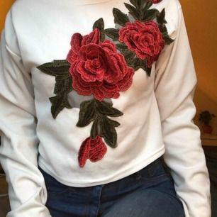 Jättefin tröja med broderade rosor som också är i 3D (se bild 2). Köparen står för halva frakten 🌹