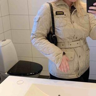 Min älskade barbourJacka. En beige i väldigt fint skick, detta är den vanliga kvinnomodellen, alltså med riktiga dragkedjor och knappar som inte är i plast. I storlek 42, men passar mig som är en Medium i vanliga fall.