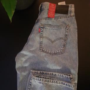 90's baggy unisex levi's, brand new! Säljes pga för stora.  28tum är ungefär 71cm i midja, men dessa är menade att vara baggy och sitta mer på höft. Är ca 32