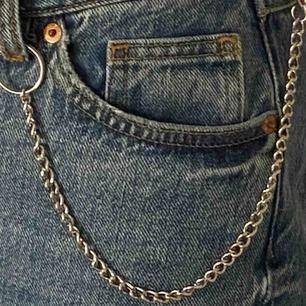 En ascool smal kedja, den är ca 30 cm lång och passar att ha runt halsen och på ett par jeans! Säljer pga har en likadan till!