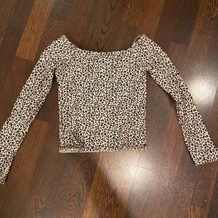 En tajt leopard tröja från Gina tricot, som är långärmad. Använd 1 gång!
