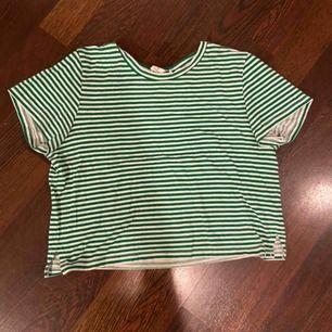 En kort, randig t-shirt, köpt innan sommaren på monki och använd ett fåtal gånger.
