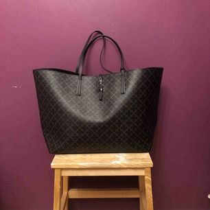 Säljer min fina Malene Birger väska i största storleken! Får plats med allt från datorn till block, rymlig och passar med typ allt. Väldigt fint skick, medföljer dustbag :)