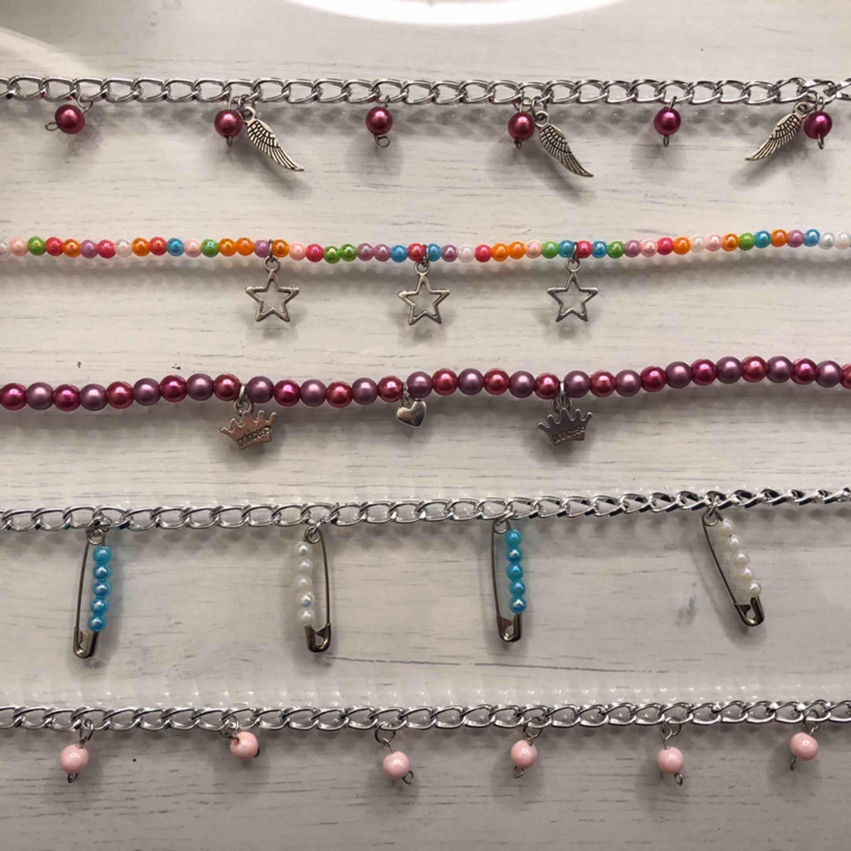 Egengjorda halsband som går att få precis som man vill!! Ni kan välja och vraka bland berlockerna som syns på bilden och även färger på pärlor! Halsbanden har en karbinhake som fäste (sån som är på de flesta halsband) . Accessoarer.