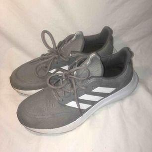 Snygga gråa löparskor från Adidas. Gott skick. Storlek 42 2/3 (US 9). FRI FRAKT.