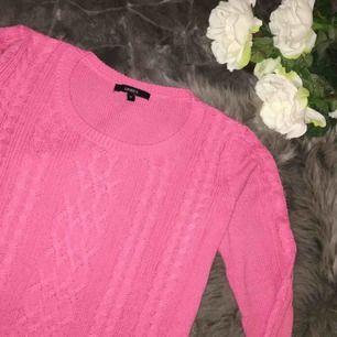 Jättefin stickad skön tröja i en härlig rosa färg från Lindex. Storlek M. Använd fåtal gånger så som ny.  Frakt ingår i priset.