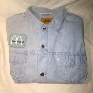 Ljus vintage Levis-jeansjacka. Med McDonald's-märke påsytt av mig. Passar mig som har S/M. Snygg till våren. FRI FRAKT.