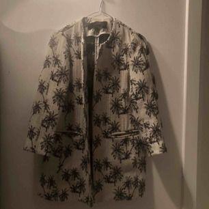 Jättefin kappa ifrån zara med palmmönster❤️köparen står för frakt