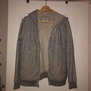 Sjukt skön Abercrombie&Fitch hoodie! Skulle säga att den passar bra på xs-m. Den är väldigt mysig och varm!