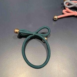 Hårsnoddar köpta på Åhléns för cirka 1 år sedan, kan även användas som armband. Säljer en för 25 och 2 för 40 😊