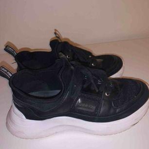 Superfina skor ifrån Calvin Klein. Endast använda en gång då de var för små för mig. Köpta för cirka 1200 om jag inte minns fel, kan gärna skicka fler bilder om det skulle önskas!☺️