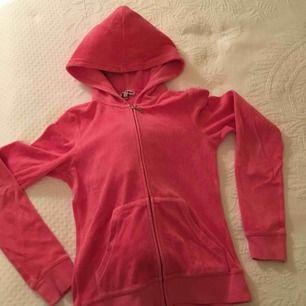En rosa huvtröja/hoodie från Juicy Couture med dragkedja och glittrigt tryck i bak. I storlek S! Använd några gånger men är i FINT SKICK - trycket och glittret är kvar osv.
