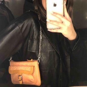 Shoulderbag från Dkny, köpt vintage! Man får båda banden med! Superskick!