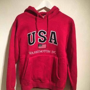 En röd oversize hoodie med mysigt foder. 80% bomull, 20% polyester