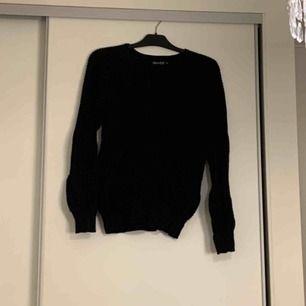 Super fin svart stickad tröja med knytning vid brösten. Sparsamt använd! Skriv vid intresse och fler bilder. Frakt tillkommer, kolla gärna in mina andra annonser :)