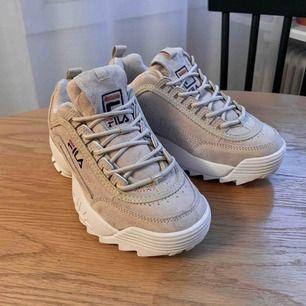 Helt nya FILA Disruptor Sneakers. Kommer i original box, aldrig använda, storlek 37 (23 cm, alltså lite mer som en 36.5). Köpta för 1300 kr! Så fina, men säljer endast för dom va för små 😢Går att hämta på Södermalm, el kostar frakt 70 kr.