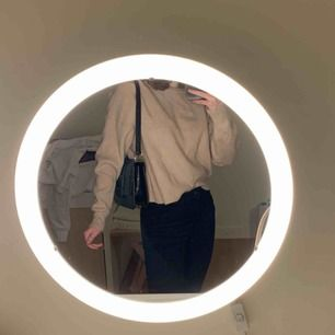 Beige stickad tröja från Zara. Den passar flera olika storlekar beroende på hur man vill att den ska sitta💗💗