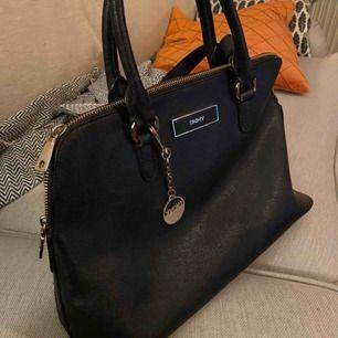 En rätt välanvänd väska men som fortfarande är i skick att användas.