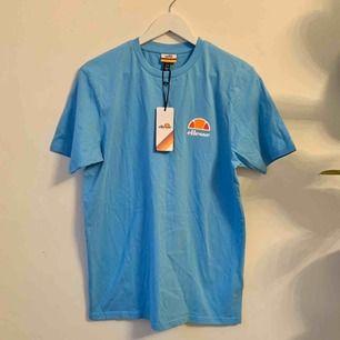 Helt ny Ellesse t-shirt i Turkos. Aldrig använd med lapparna kvar. Storlek M Unisex. Kostade 400 kr ny! Går att hämta på söder annars kostar frakt 50 kr